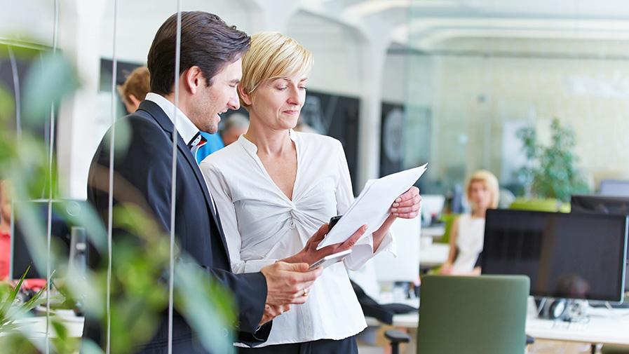 Geschäftsleute reden über Vertrag im Büro
