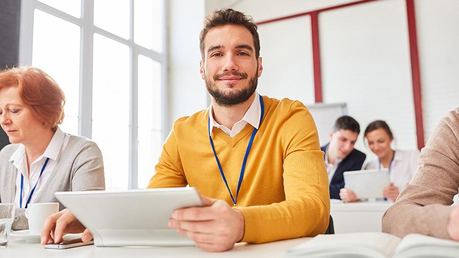 Start-Up Mann in einem EDV Seminar