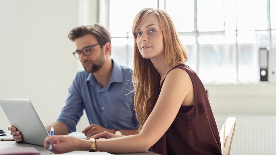 modernes start-up team arbeitet am laptop im büro