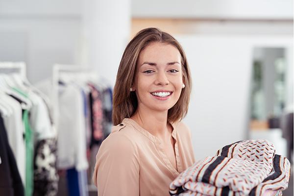lächelnde junge mitarbeiterin im geschäft