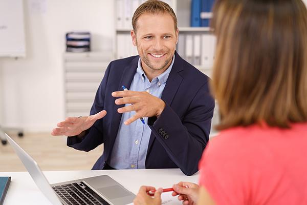 berater erklärt einer kunden etwas in einem freundlichen gespräch